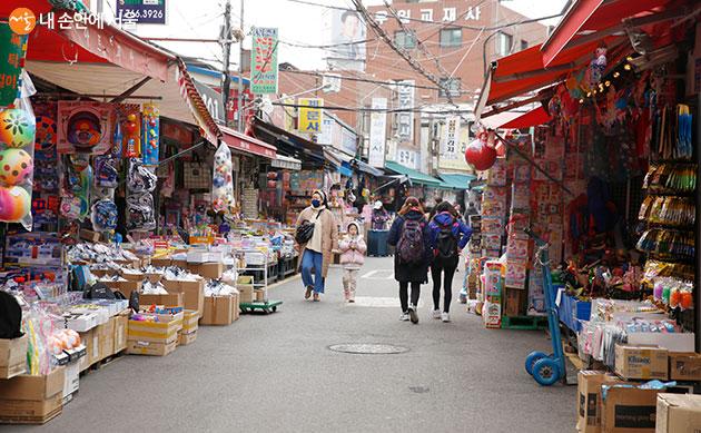 새학기 준비물을 한 자리에서 볼 수 있는 서울 3대 문구시장 모습