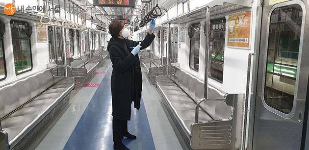 지하철 객차 접촉면 바이러스 검사 시료 채취