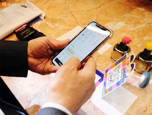 제로페이 가맹점에서 앱을 이용해 서울사랑상품권을 현금처럼 사용할 수 있다