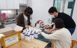 국군대구병원으로 보낼 물품을 포장하고 있는 직원들