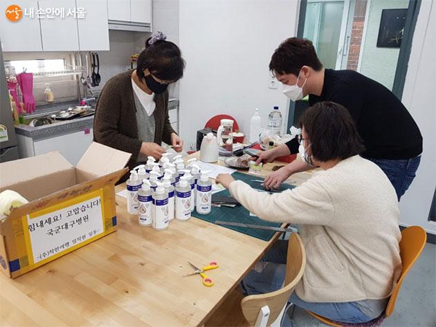 1차 국군대구병원에 보낼 물품을 포장하는 직원들, 사진제공=착한여행