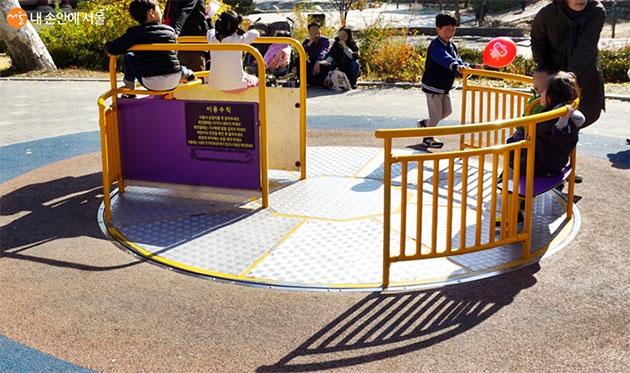 서울시설공단의 무장애 놀이터 '꿈틀꿈틀 놀이터'는 휠체어를 타고 놀이기구를 이용할 수 있다