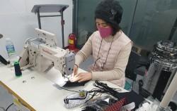 코로나19에 마스크를 제작하여 기부하고 있는 모습이다.