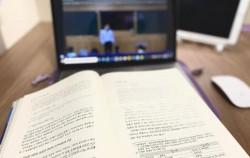 온라인 강의를 듣고 있는 모습이다.