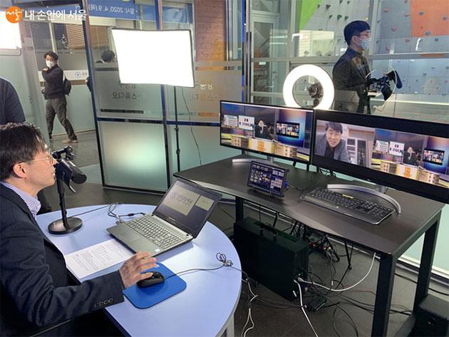 서울 성덕고등학교 교감선생님께서 직접 온라인 수업 시연을 하고 있다 ©강동구청 교육지원과