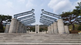 철탑으로 기념탑 전면에 좌우 5개씩 위치하고 있으며, 성영공간과 이용공간을 구분하고 있는 상징문