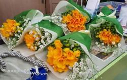 화훼 농가를 돕기 위해 구입한 프리지어 꽃다발이 화사하다