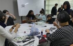 방화3동 자치회관에서 주민들이 다문화가정과 외국인들을 위해 면 마스크를 만들고 있다