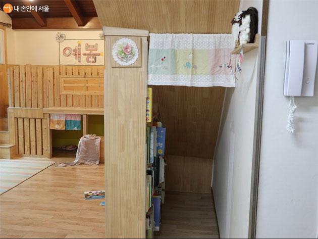 거실 한쪽에 아이들이 좋아하는 다락방 같은 공간이 재밌다.