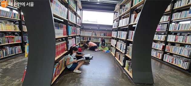 온라인 등교를 하는 초등학생들이 서울책보고에서 독서에 열중하고 있다.