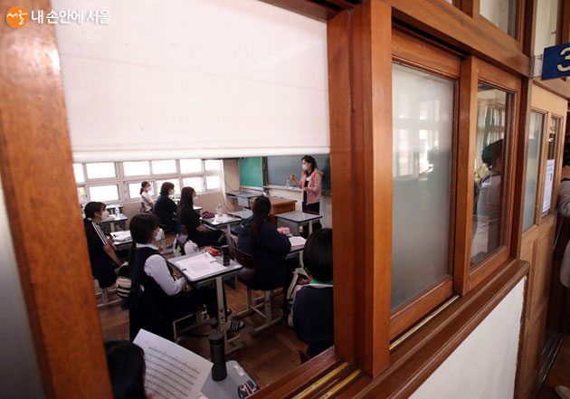 서울시 홍보대사이자 인기 아이돌그룹 (여자)아이들이 초, 중, 고교 학교에 격려 메시지를 전달한다.