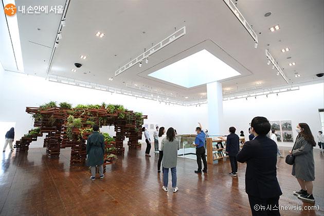 5월 6일부터 운영을 재개한 서울시립미술관 '모두의 소장품 展'. 사전 관람예약으로 전시장을 찾은 시민들