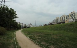서울 풍납동 토성 남성벽과 그 앞 산책로.