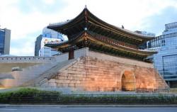 저녁 무렵 남대문시장 앞에서 바라본 숭례문 안쪽 전경이 아름답다