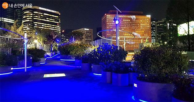 블루라이트 캠페인을 벌이는 서울로7017 블루라이트 캠페인을 벌이는 서울로7017