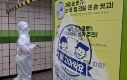 서울시는 초기 코로나 예방 홍보 포스터를 재활용해 생활 속 거리두기 캠페인을 진행하고 있다