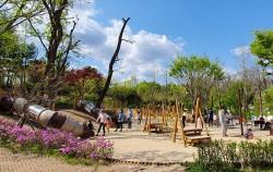 오르는 놀이기구, 건너는 놀이기구, 미끄럼틀이 있는 모래놀이터는 어린이들을 위한 놀이시설이다.