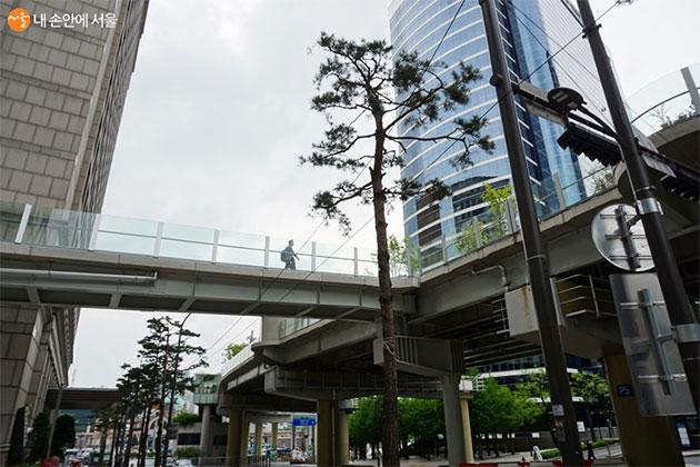 서울로7017에 새로 놓인 공중보행길