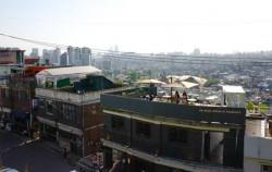 해방촌에 위치한 카페의 루프탑에 앉으면 서울 시내가 한눈에 내려다 보인다
