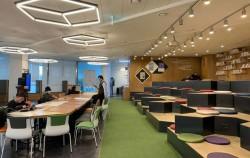서울시 청년 일자리 센터 내부 다목적 홀의 모습.