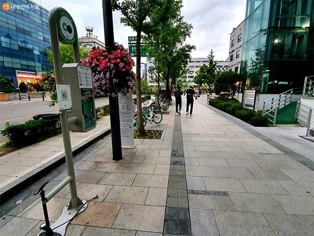 강동구청 앞 따릉이 대여소에 있는 셀프 수리대