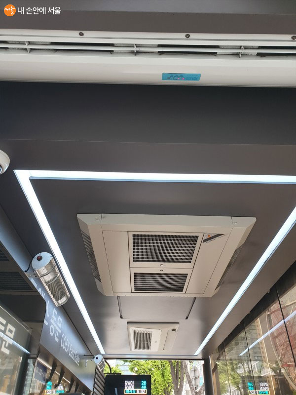 천장에 냉난방기가 설치되어 있다
