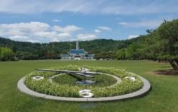 동작동 국립서울현충원의 꽃시계, 현충문 모습(뒤편)