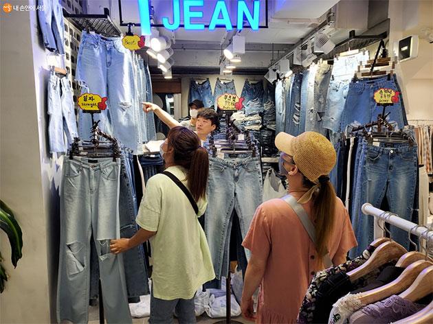 동대문 동원상가 청바지매장 '1 JIN'에서 김 대표가 고객에게 제품설명을 하고 있다.