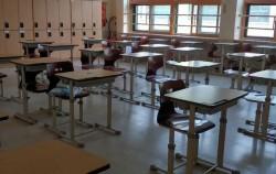 코로나19 감염 예방을 위해 거리를 두어 책상을 배치한 교실 모습