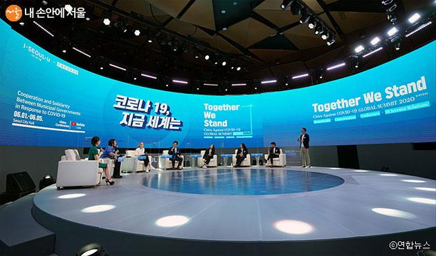 6월 1일 개최된 'CAC 글로벌 서밋'에서 한국에 거주하는 외국인들이 코로나19에 대한 자유로운 토크쇼를 하고 있다