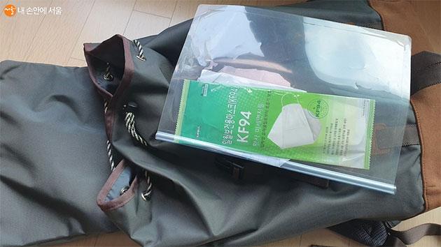 가방에 여유분의 마스크를 갖고 다니면 도움이 된다.