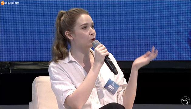 핀란드 대표 줄리아 씨가 찜질방 이야기를 꺼내고 있다.