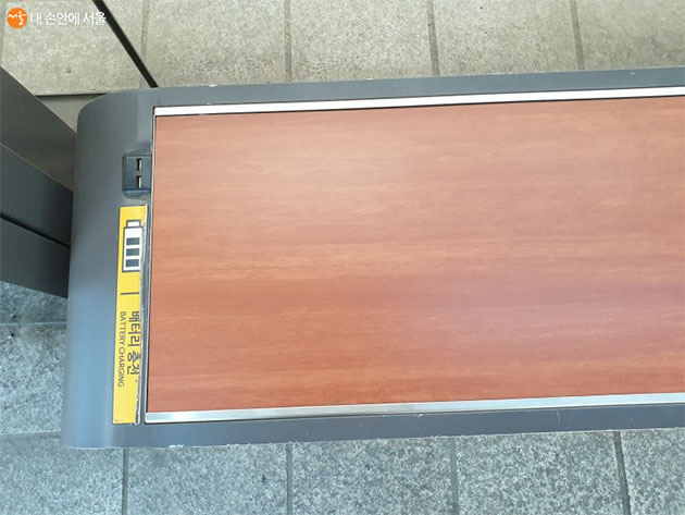 벤치에 설치되어 있는 스마트폰 충전기