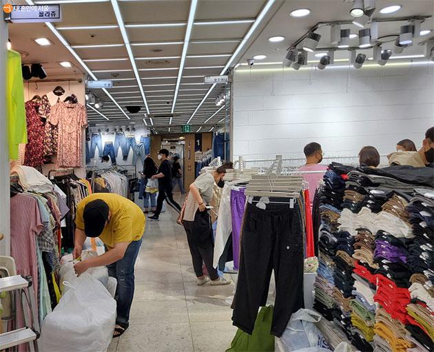 동대문 의류도매상가에 고객들이 점차 늘어나 활성화되고 있다.