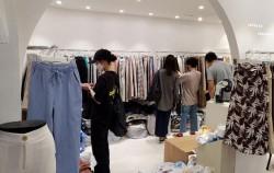 동대문 의류도매상가에서 고객들이 진열된 옷을 살펴보고 있다. 이 매장은 생존자금을 받았다.