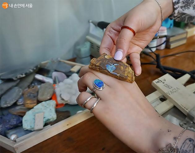 이렇게 생긴 원석이 하나만의 반지가 된다.