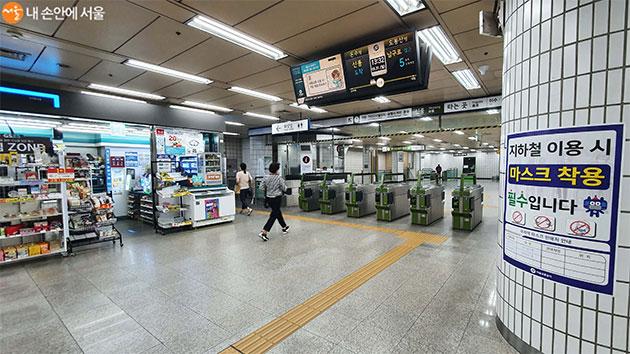 지하철 개찰구 인근의 편의점 등에 마스크를 판매하고 있으니 급할 때 구입하면 된다.