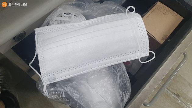 회사 내 서랍에도 마스크를 비치해 두었다.