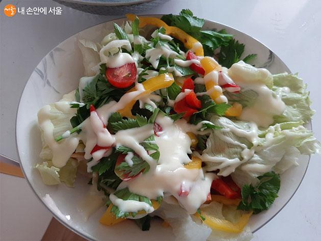 싱싱드림과 로컬푸드무인판매대에서 서울사랑상품권으로 구입한 채소로 샐러드를 만들었다.
