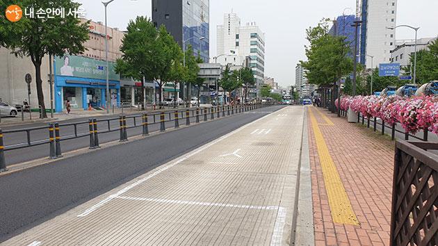 서울시가 올해 8곳의 버스정류장 구간에 '콘크리트 포장'을 시공한다.
