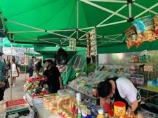 매주 일요일 혜화동 성당 앞에는 특별한 초록 천막 시장인 필리핀 마켓이 열린다
