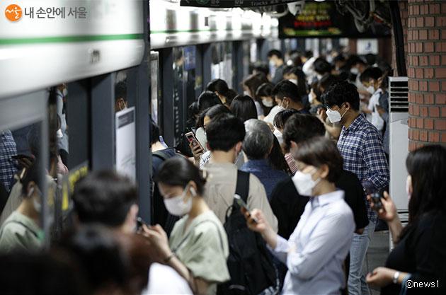 서울시는 마스크 착용 문화를 정착시키기 위해 '앱 신고제' 등 특별대책을 시행한다