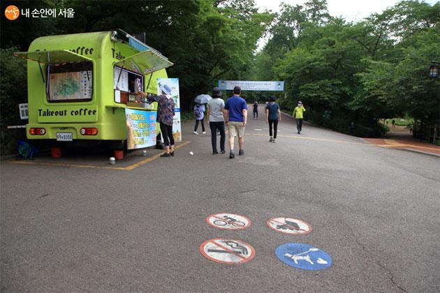 남산공원 북측순환로는 자전거 출입이 금지돼 있지만 자전거를 타고 빠른 속도로 오가는 시민들이 몇 번이나 보였다
