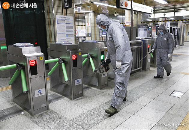 서울시가 7월 2일'포스트코로나' 시대를 본격 대비하기 위해 비접촉식 지하철게이트 도입 등 '포스트코로나 공공혁신' 사업내용을 발표했다