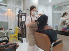 김미정 대표가 손님에게 두피/모발 케어를 진행하고 있다.