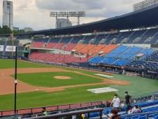 오랫동안 프로야구를 기다린 관중들이 다시 찾은 서울잠실야구장