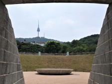 원형 광장에 서울천년 타임캡슐이 놓여있다.