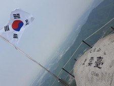 서울의 주산 북한산 정상 삼각산 백운봉에 오르면 동서남북으로 펼쳐진 멋진 조망을 즐길 수 있다.