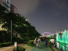 춤추는 노래분수와 레인보우 다리 그리고 산책을 하는 시민들의 모습이 불광천을 더욱 아름답고, 한번쯤 걷고 싶은 곳으로 만들어 가고 있다.