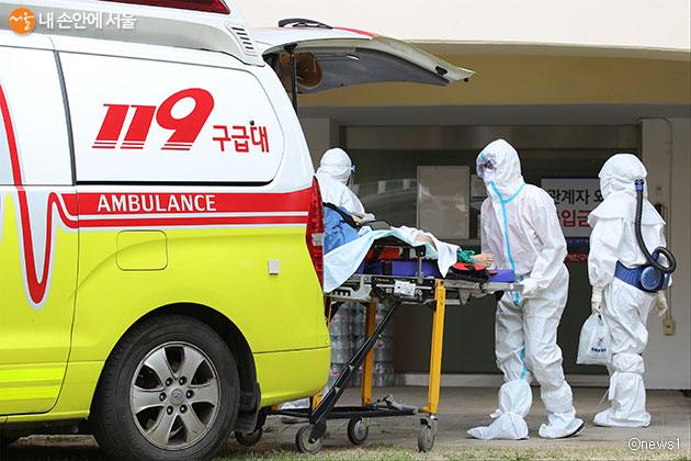 서울시가 코로나19 의심증상별 119 출동·이송 매뉴얼을 정립해 전국에 배포한다